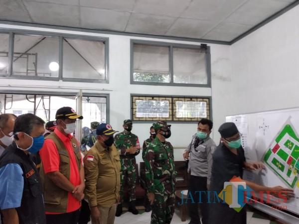 Kepala BNPB Letjen TNI (Purn) Doni Monardo (baju oranye) saat meninjau kesiapan RS Lapangan di Kota Malang, Kamis (3/12/2020). (Arifina Cahyanti Firdausi/MalangTIMES).