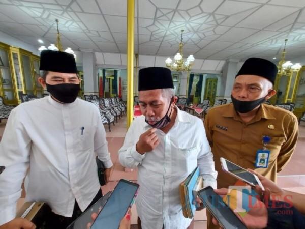 Ketua PWNU Jatim KH Marzuki Mustamar (tengah). (Foto : Dokumen MalangTIMES)