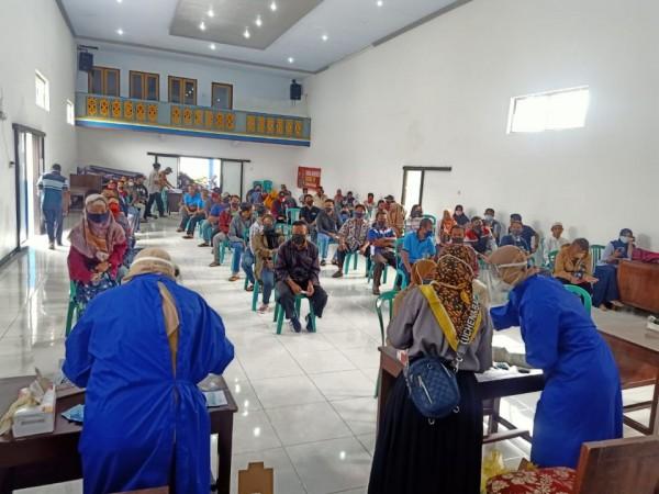Pelaksanaan rapid test kepada petugas KPPS yang dilakukan oleh tenaga medis. (Foto: KPU Kabupaten Malang)
