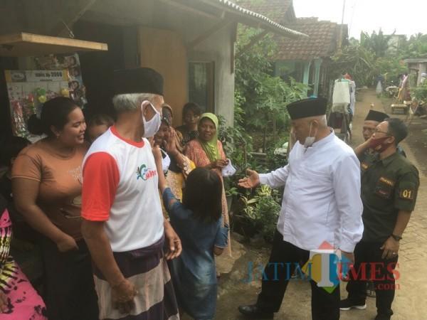 Calon Bupati Malang dari pasangan SanDi nomor urut 1, Sanusi (kemeja putih) saat menyapa warga ketika berkampanye (Foto: Ashaq Lupito/ MalangTIMES)