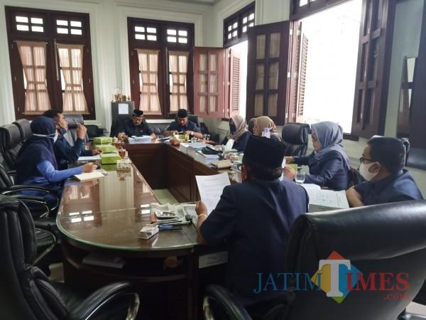 Aktivitas-hearing-Komisi-B-DPRD-Kota-Malang-dengan-mitra-kerjanya-2da4d6ece84e0c697.jpg