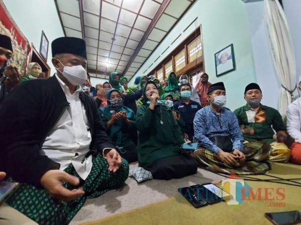 Calon Bupati Malang nomor urut dua yakni Lathifah Shohib saat menggelar konferensi pers di Gondanglegi, Sabtu (5/12/2020). (Foto: Tubagus Achmad/MalangTimes)