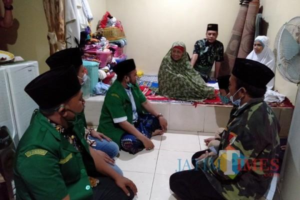 Empat pimpinan GP Ansor se-Madura saat menemui langsung ibunda Mahfud MD, Siti Khatijah, di rumahnya.  (Foto: Rozy/JatimTIMES.com)