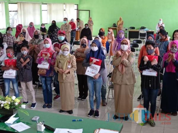 Dinsos-P3AP2KB Berikan Bantuan Sembako untuk 400 Disabilitas