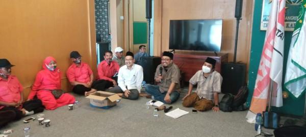 Tim hukum paslon LaDub saat menjelaskan teknis kerja dari relawan khusus saat hari pencoblosan. (Foto: Dok. Malang Bangkit)