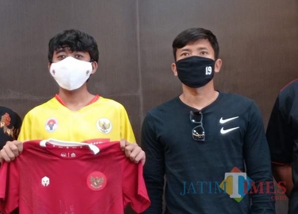 Ahmad Bustomi (kanan) bersama pesepakbola muda asal Malang (Hendra Saputra)