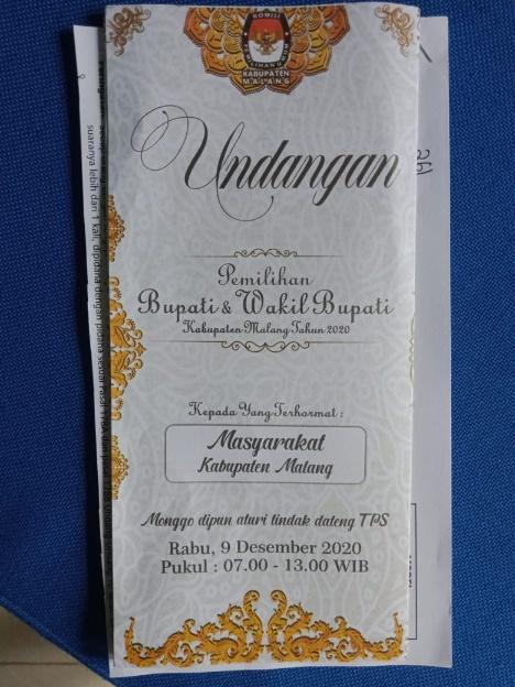 Contoh brosur undangan yang dicetak KPU Kabupaten Malang. Punya kemiripan dengan undangan nikah. (Foto: Istimewa)