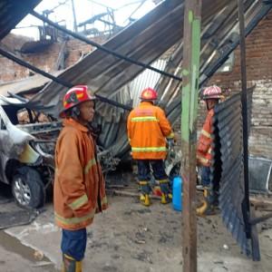Bengkel Las di Blimbing Terbakar, 1 Mobil dan 3 Motor Hangus
