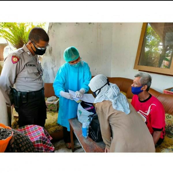 """Pemberian paket """"Berseri"""" oleh petugas kesehatan Puskesmas Kedungkandang kepada pasien covid-19. (Foto: Instagram @puskesmaskedungkandangmalang)."""
