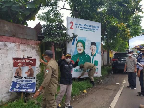 Pencopotan APK paslon Pilkada Kabupaten Malang 2020 oleh tim gabungan, Minggu (6/12/2020). (Foto: Bawaslu Kabupaten Malang)