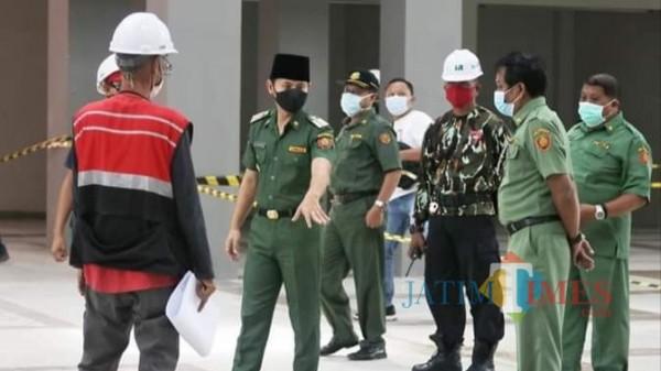 Bupati Trenggalek Mochamad Nur Arifin saat tinjau proses finishing bangunan Pasar Pon