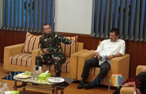 Mayjen TNI Totok Imam (kiri) saat berkunjung ke kantor KONI Kota Malang (Hendra Saputra)