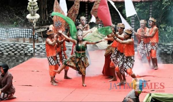 Para penari menyuguhkan tarian di tentang hubungan manusia dan alam.(ist)