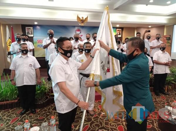 Penyerahan bendera kebesaran KKI dari Pengurus Pusat KKI kepada Pengprov KKI Jatim baru. (Hendra Saputra)