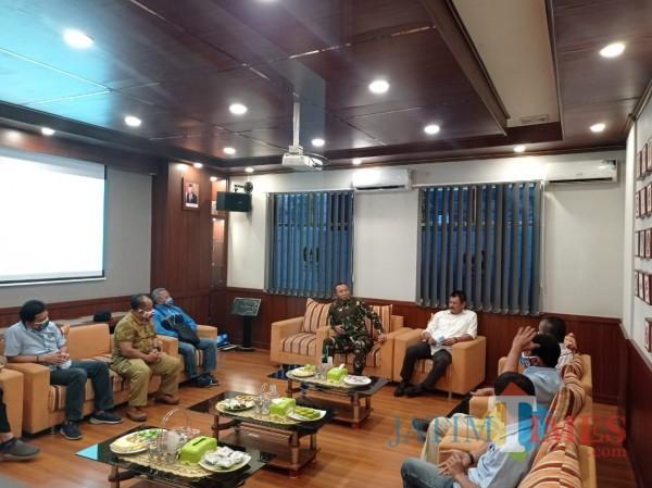Suasana Gubernur Akmil saat memberikan motivasi kepada pengurus KONI Kota Malang (Hendra Saputra)
