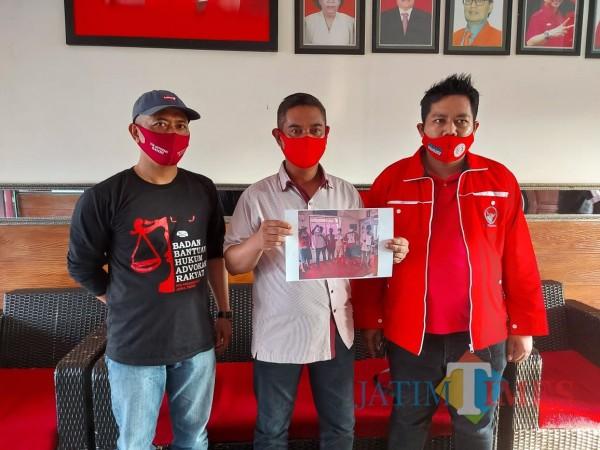 Ketua Tim Kampanye Malang Makmur, Darmadi didampingi BBHAR DPC PDI Perjuangan Kabupaten Malang, Selasa (8/12/2020). (Foto: Tubagus Achmad/MalangTimes)