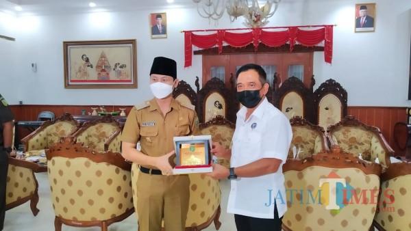 Pemkab Trenggalek serahkan oleh-oleh pada Ketua BNN Jatim