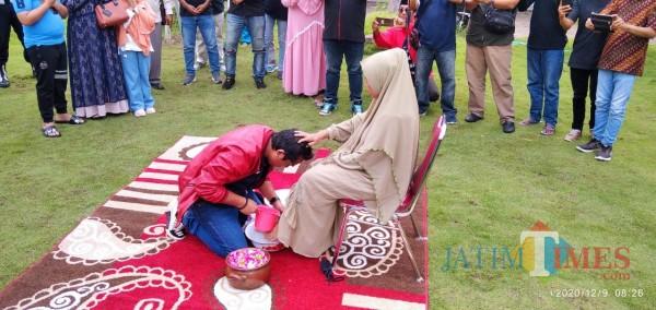 Cabup Jember Cak Salam Lakukan Ritual Sungkeman sebelum Nyoblos