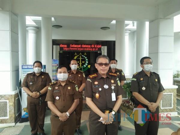 Kajari Kota Malang Andi Dharmawangsa (depan) saat mengumumkan tersangka kasus korupsi RPH Kota Malang dengan didampingi seluruh kasi. (Anggara Sudiongko/MalangTIMES)