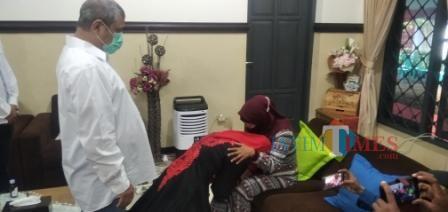 Didampingi Suami, Faida Sungkem Ibunda sebelum ke TPS