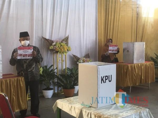 Bupati Malang sekaligus Calon Bupati Malang, Sanusi (kiri) beserta istri saat memasuki bilik suara untuk mencoblos (Foto : Ashaq Lupito / MalangTIMES)