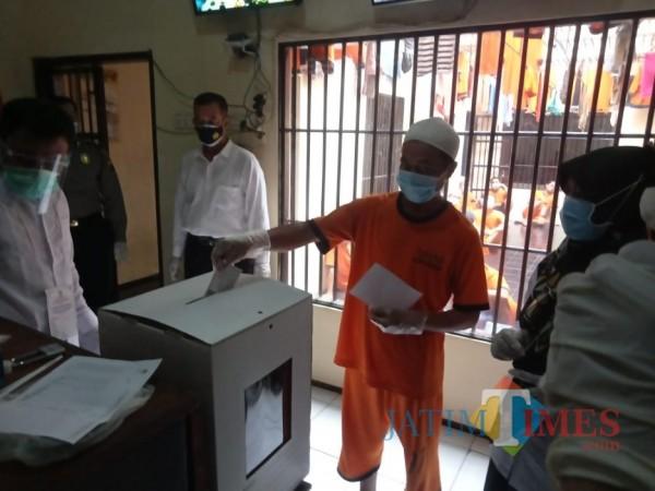 Para Tahanan dalam Rutan Mapolres Malang saat melakukan proses penggunaan hak suara mereka, Rabu (9/12/2020). (Foto: Dok. JatimTimes)