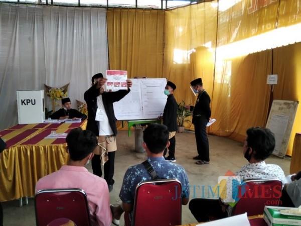 Petugas KPPS di TPS 12 Desa Gondanglegi Kulon, Kecamatan Gondanglegi saat melakukan perhitungan surat suara (Foto : Ashaq Lupito / MalangTIMES)