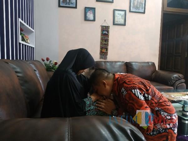 Sebelum Ke TPS, Didik Gatot Subroto sungkem ibunda saat ditemui di kediamannya, Desa Tunjungtirto RW 8, Kecamatan Singosari, Kabupaten Malang, Rabu (9/12/2020).