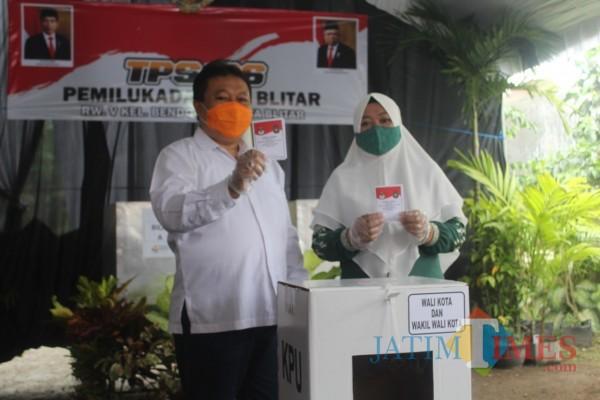 Nyoblos di TPS 06 Kelurahan Bendogerit, Yasin Optimis Menang di Pilkada Kota Blitar