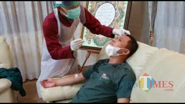 Bupati Lumajang H. Thoriqul Haq ketika menjalani tes Swab (Foto : Moch. R. Abdul Fatah / Jatim TIMES)