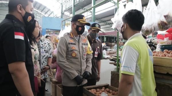 Suasana peninjauan sejumlah komoditas kebutuhan pokok di Pasar Rakyat Kota Malang, Kamis (10/12). (Foto: Istimewa).