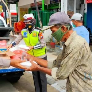 Peduli Sesama Melalui ASTUTI, Satlantas Polres Bojonegoro Bagikan Nasi Kotak dan Masker