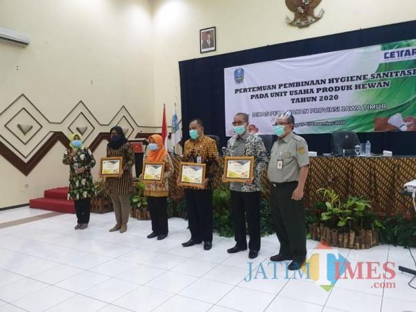 Kepala Disnakkan Kabupaten Blitar, drh Adi Andaka mewakili Kabupaten Blitar menerima penghargaan penyetor PAD Terbaik dari sektor produk asal hewan