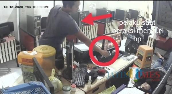 Pelaku saat beraksi melakukan pencurian hp milik korban (Anggara Sudiongko/MalangTIMES)