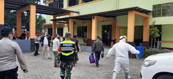 Suasana saat pasien Covid-19 yang dijemput dibawa ke Rumah Isolasi (Ist)