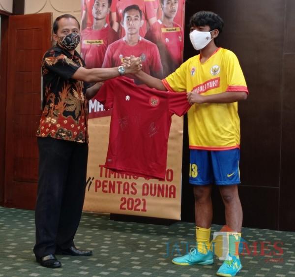 Kabid Olahraga Disporapar Kota Malang Wahyu Setyawan (kiri) saat memberikan jersey Timnas Indonesia kepada pemenang juggling competition (Hendra Saputra)