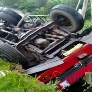 Papasan Dump Truck, Truk Gandeng Muatan Sentrat di Tulungagung Nyungsep ke Sawah