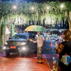 Resepsi Pernikahan di Jember Pakai Drive Thru, Tamu Beri Ucapan dari Mobil