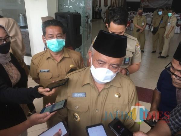 Bupati Malang Sanusi (pakai peci) saat menjabarkan opsi pembukaan RS Lapangan Covid-19 di Kabupaten Malang (Foto : Ashaq Lupito / MalangTIMES)