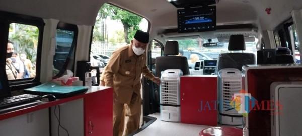 Bupati Malang Sanusi saat meninjau kesiapan mobil pelayanan drive thru pelat N.