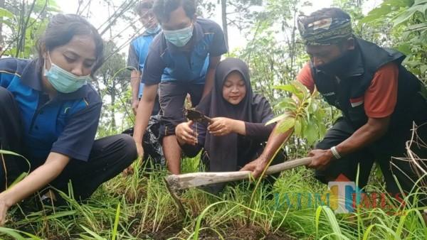 Kelompok Difabel dari Linksos bersama rekan-rekan mahasiswa dalam aksi penanaman pohon di Gunung Wedon. (Foto: Linksos for MalangTimes)