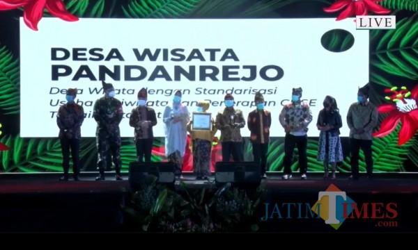 Kepala Desa Pandanrejo (tengah) usai menerima penghargaan award pariwisata pada Minggu (13/12/2020) malam di The Singhasari Resort Batu.