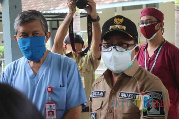 Potret Wali Kota Malang Sutiaji (bertopi) di sela giat kedinasan pertamanya pasca sembut dari Covid-19, Senin (14/12). (Arifina Cahyanti Firdausi/MalangTIMES).