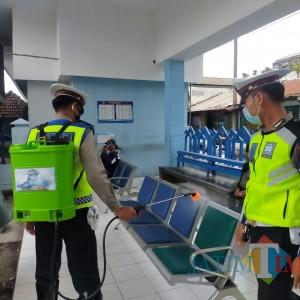 Covid di Bondowoso Naik, Polisi Semprotkan Disinfektan di Terminal