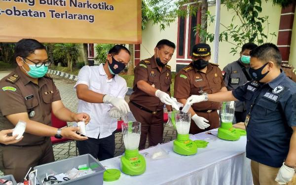 Jaksa Kejari Kota Malang, bersama jajaran samping tengah memusnahkan narkoba jenis sabu, inex dan pil dobel L dengan cara diblender (Ist)