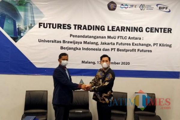 Pimpinan BPF cabang Malang, Andri (kanan) bersama perwakilan Universitas Brawijaya Wildan Safitri (Hendra Saputra)