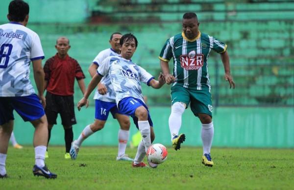 Rian D'Masiv (nomor 11) saat bermain fun football game di Kota Malang (Instagram @rianekkypradipta)