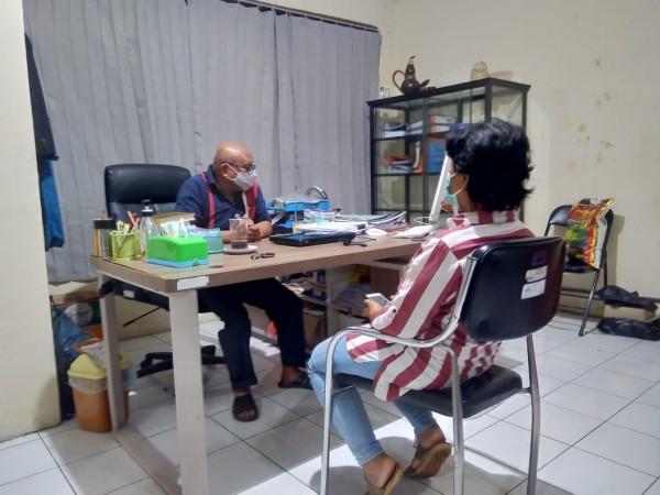 Sumiatim saat diperiksa Koordinator Divisi Penanganan Pelanggaran Bawaslu Kabupaten Malang, George da Silva (istimewa)