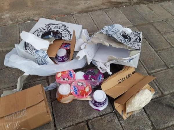 Isi paket yang dikirim korban, bukan sambal cumi, melainkan hanya segenggam beras dan es Kino (Ist)