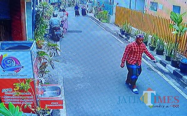 Pelaku yang keluar masjid usai beraksi membobol Kotak Amal (Anggara Sudiongko/MalangTIMES)